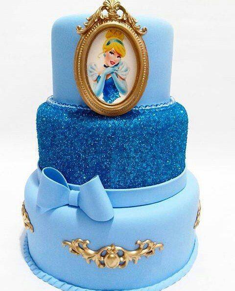 ¿Quién pidió una #torta de #Frozen? Cuando tus niños la vean gritarán unísono: ¡libre soy, libre soy!  Y con una grata sonrisa disfrutaré  de ese mágico momento. Aprovecho este tiempito para compartirles este hermoso trabajo de #repostería. ���� Dedicación y mucho esfuerzo que es recompensado con que ustedes disfruten. Haciendo desde #RebecaBakery los mejores #DulcesConAmor!  #RebeCake #Cake #Elsa #RebeSugar #Postres #Dulces #pasión #ChocoCake…