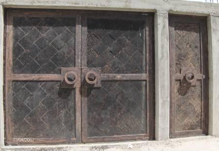 Puerta romana de herreria rustica fina la paz for Puertas de herreria forjada