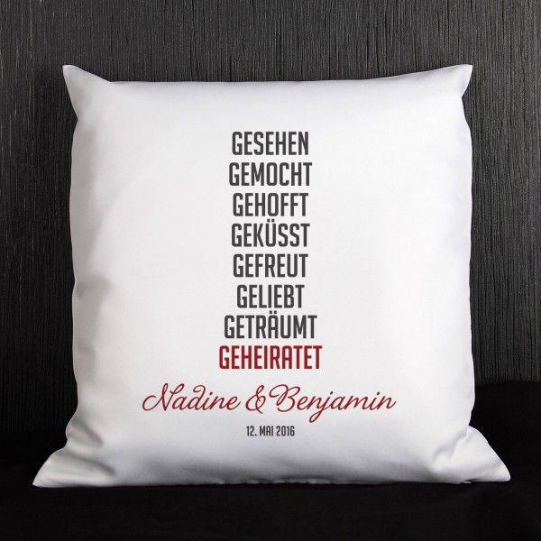 personalisierbares Kissen mit kurzer Lovestory als persönliches Geschenk zur Hochzeit | geschenke-online.de