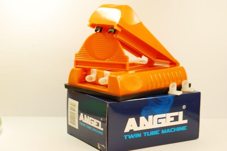 Aparat de injectat tutun Angel dublu - este un aparat manual pentru injectat tutun in tuburi tigari; culoare injector: portocaliu; se foloseste pentru tuburi tigari de lungime standard. Se incarca 2 tuburi de tigari printr-o singura culisare. Pentru comenzi si alte detalii: www.tuburipentrutigari.ro