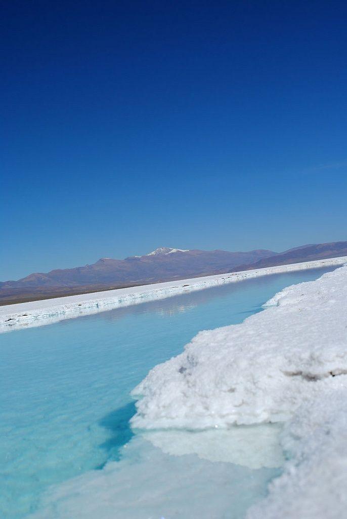 サリーナス・グランデスの白い大地にできる塩田プール。