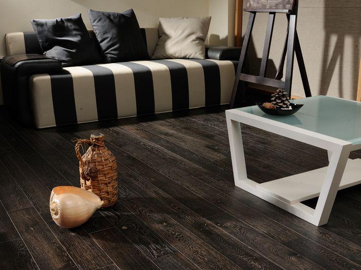 Темная паркетная доска-для любителей элегантности и классики. С этим напольным покрытием, особенно выгодно будет смотреться светлая мебель.