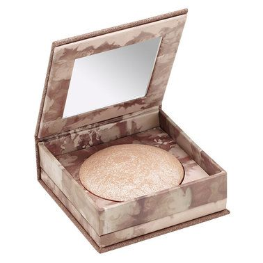 Urban Decay Dusted across the cheekbones, the collarbone and beyond, this silky, lightweight powder projects light across skin for a naturally radiant glow.
