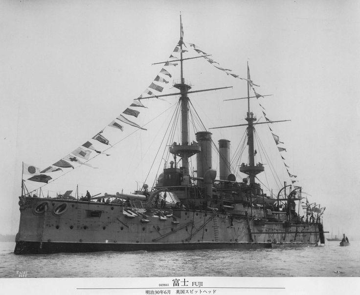 IJN Fuji (富士?) - corazzata pre-dreadnought classe Fuji - Completata il 17 Ago 1897 - Dislocamento12518 t Lunghezzalinea di galleggiamento 118,8 m; globale 125,5 m m LarghezzaFuji: 22,2 m Yashima: 22,4 m PescaggioFuji: 8 m Yashima: 8,07 m PropulsioneCaldaie verticali alternative a tripla espansione (10 per la Fuji, 14 per la Yashima), 2 assi elica; 14.000 CV; carbone 700/1200 t Velocità18 nodi (33,3 km/h) Equipaggio637 - Dismessa nel 1948