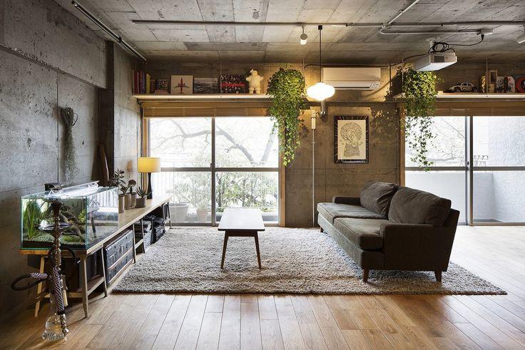 Text — так называется проект лофта площадью 82 квадратных метра в Токио, Япония, разработанный студией JP architects. Сильно искривлённое пространство оригинального помещения с первого взгляда напоминало пещеру в городских джунглях — со входом со стороны балкона. Сорокалетний слой табака, спрессо...