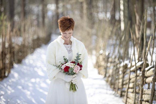 Gnistrande snö och kyla på mitt första vinterbröllop i Valla och Gamla Linköping. #vinter #vinterbröllop #bröllopsinspo #bröllop2018 #bröllopsfotograf #valla #linköping #linköpinglive #meralinköping #gamlalinköping #weddingdress #weddingphotography #weddinginspiration #weddingphotographer #wedding #winterwedding #sweden #sverige #scandinavianstyle #ig_photooftheday #igsweden #igscandinavia #bestoftheday #bestofscandinavia #iamnordic