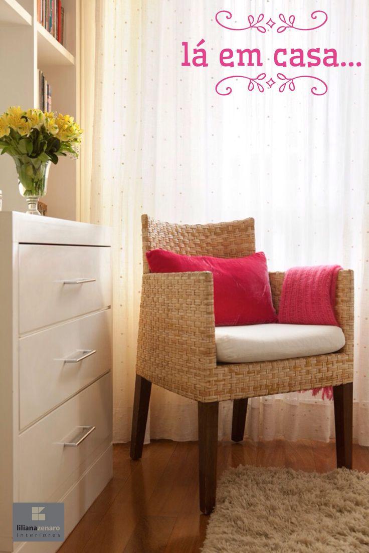 Este cantinho de leitura no quarto  é romântico e acolhedor. Cores fortes aquecem a decoração neutra  e dão alegria ao espaço. 🌿🏠 #lilianazenaro #decoracao #reforma #interiores #designdeinteriores #quarto #quartodecasal