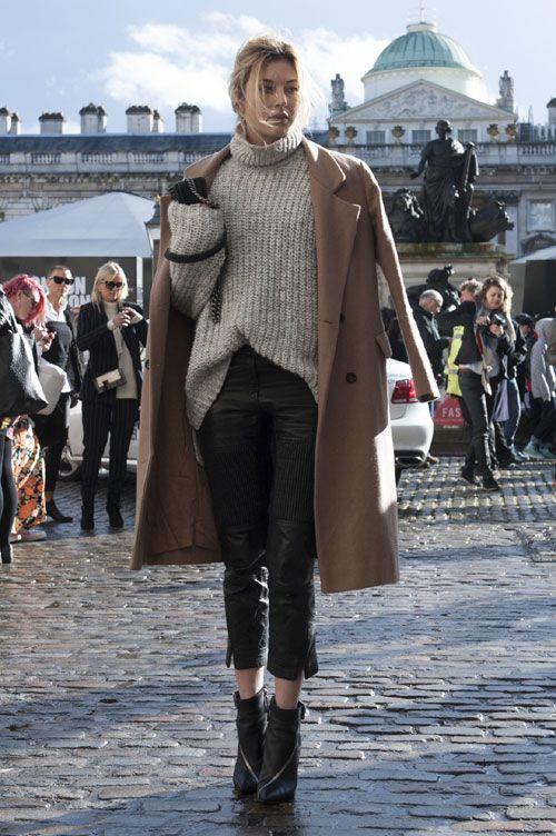 Tricotajele capata un aer cool atunci cand sunt purtate cu o pereche de pantaloni de piele sau o fusta de piele. - Elle.ro