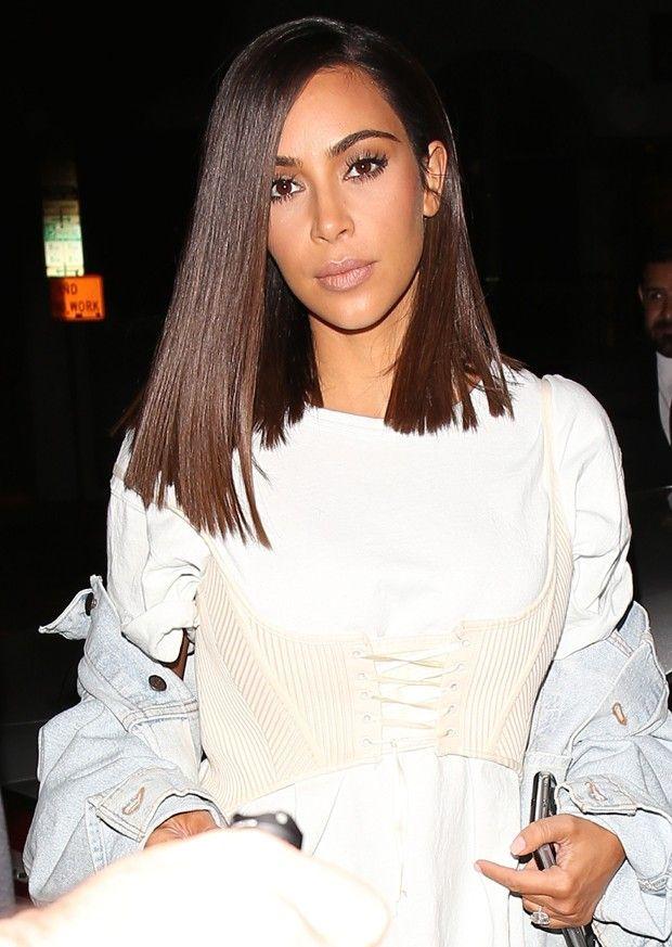 Para ter o look de Kim Kardashian deve-se cortar a base reta, sem camadas, e com um lado maior que o outro