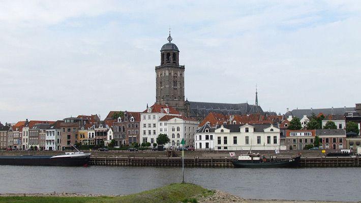 Deventer (Olanda)  Poze deosebite cu orase de vizitat in Europa - partea 1.  Vezi mai multe poze pe www.ghiduri-turistice.info  Sursa : http://en.wikipedia.org/wiki/File:IJsselkade_Deventer_2011.jpg