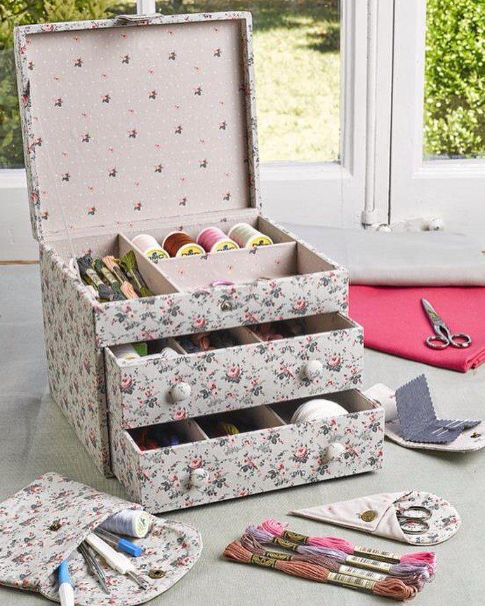 Costurero de la colección Little Roses con dos cajones para guardar hilos y tus accesorios de bordado y costura. Forrado de tela con estampado de flores y tela de lunares en el interior. Asa en la parte superior. Capacidad para 100 cartoncitos. No incluye hilos. Disponible en mercerías de España y en la tienda online (envíos a toda España y gratuitos a partir de 50 euros de pedido) http://ift.tt/UMBpuo (link en el perfil) #costurero #dmc #dmcspain #littleroses #mouline #embroidery #bordado…