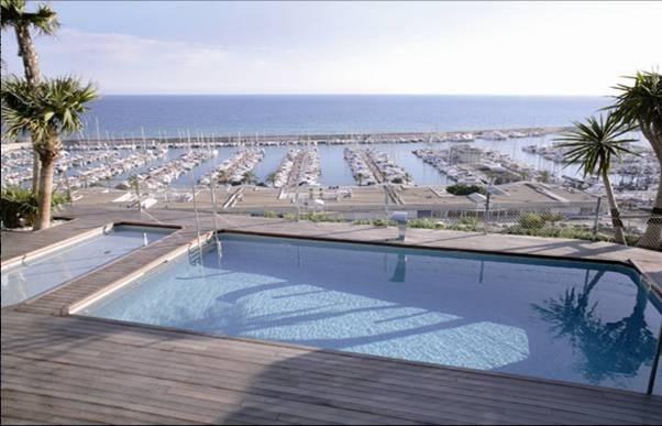 Piscina con vistas al puerto de sitges amazing swimming for Piscina sitges