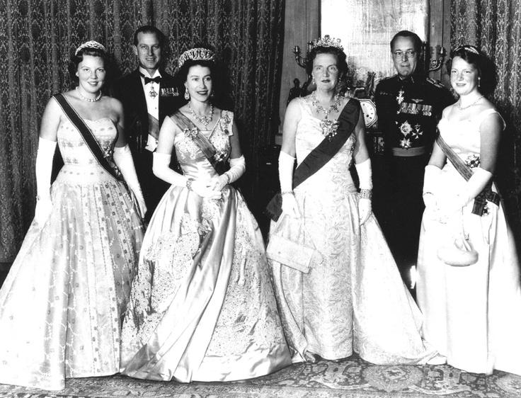 v.l.n.r. Prinses Beatrix, Prins Philip, Duke of Edinburgh, Koningin Elizabeth, koningin Juliana, Prins Bernhard, Prinses Irene.