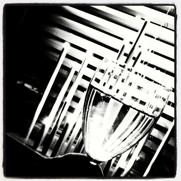 #uutenavuotena #uudenvuodenaattona #uudenvuodenmalja #Noir #filmnoir #sälekaihtimet #shades #blackandwhite #mustavalkoinen #valo #varjo