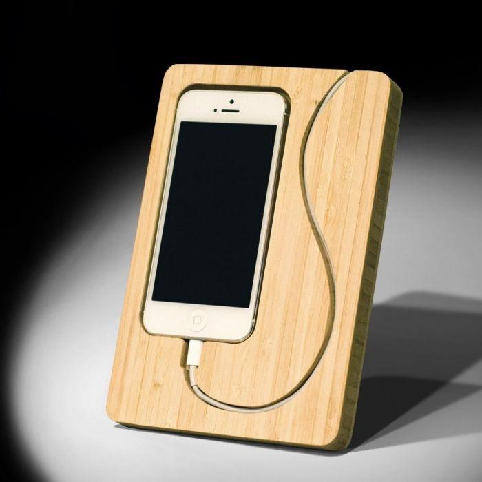 Ständer für Smartphone mit integrierter Docking Station und eingeschnitzter Kabelführung