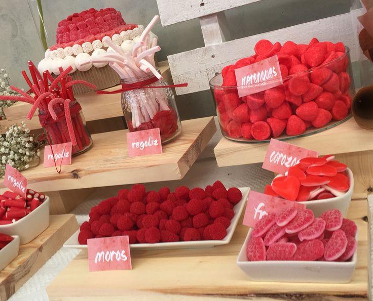 Mesa de Chuches para la boda de Alberto y Pilar, candy bar, Chuches, rojo, blanco, kraft, madera, paniculata, gerberas, regalices, nubes, moras, merengues, brochetas, tarta de Chuches.