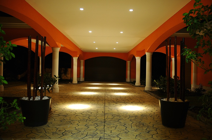 900 m2 se nachází v srdci Moravy na Svatém kopečku u Olomouce.   Lemuje ji překrásná pečlivě udržovaná zahrada a celkově čítá pozemek o výměře 3900 m2. Obrovská částečně zastřešená terasa s krásný výhledem, devět pokojů, šest koupelen, wellness s finskou saunou s možností aromaterapie, vnitřní bazén, podlahového topení, garáž pro tři vozy, všudypřítomnými skrytými kamerami napojenými na pult centrální ochrany jsou součástí tohoto nadstandardního bydlení v klidné a žádané lokalitě.