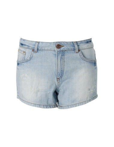 Blauwe denim short. Het is een aansluitend 5 pocket stretchmodel gemaakt van soepele stof. De korte broek heeft een normale taillehoogte en is voorzien van riemlussen. De bermuda is voorzien van een vintage wassing en sluit met een koperkleurige knoop en rits.  #zomercollectie #zomerkledingdames #zomerkleding