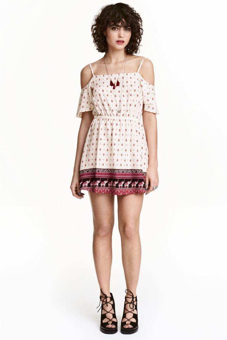 Vestido hombro descubierto: H&M LOVES COACHELLA. Vestido corto en viscosa con estampado. Modelo con tirantes finos y ajustables, hombros al descubierto, mangas cortas, cintura elástica entallada y falda con ligero vuelo. Sin forrar.