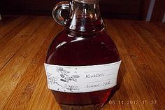 Kirschlikör nach Hobbitart 800 g  Sauerkirschen   1/2   Zitrone(n), Schale unbehandelt   400 g  Kandiszucker, brauner   1400 ml  Wodka