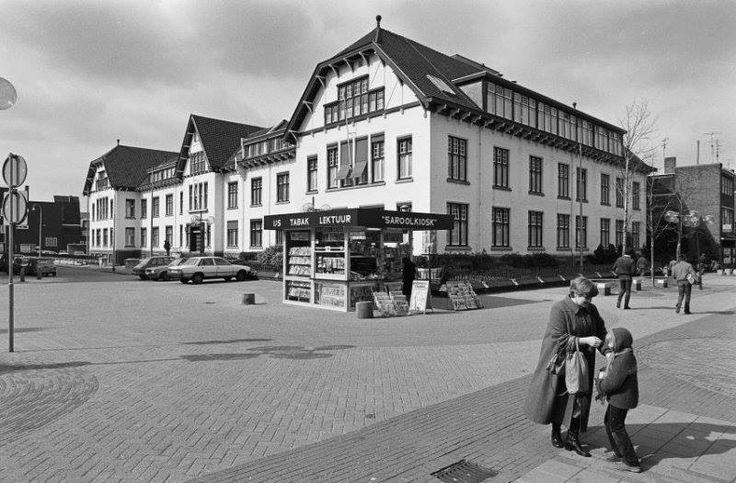 """""""De Boerderij"""" het toenmalige hoofdkantoor van de staatsmijnen op de hoek Saroleastraat met v.der Maessenstraat met de krantenkiosk"""