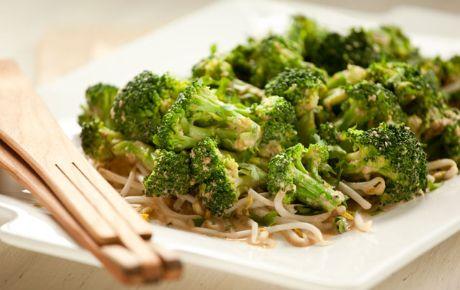 Brokkolisalat mit Mandel-Chile-Dressing   – Food