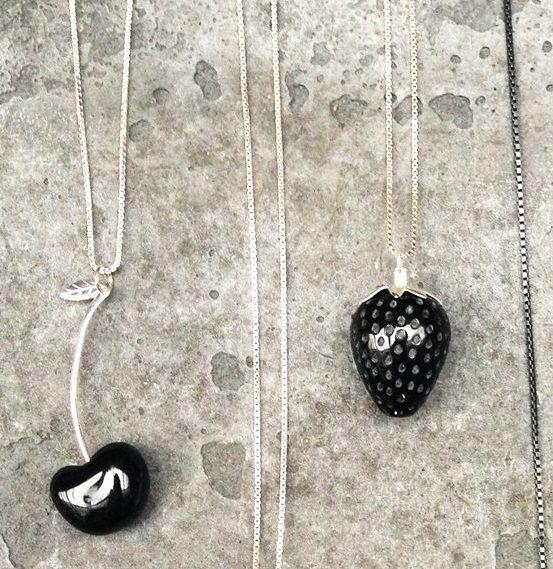Mustia marjoja, Tina Lilienthal Design osoitteessa www.korulipas.fi