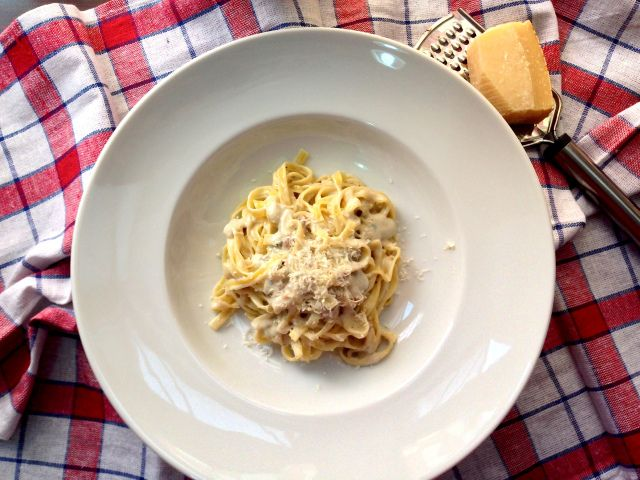 Tagliatelle with gorgonzola cheese and walnuts served with grated parmesan on top Tagliatelle cu gorgonzola si nuci