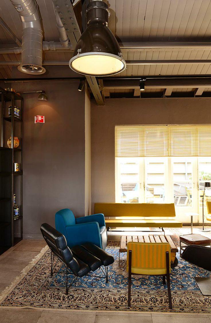 #Vintage #meubulair & #gerecycled materiaal Het La Place restaurant en café aan de Aalmarkt in Leiden zijn beide geheel vernieuwd. Zowel het café op de begane grond als het restaurant op de gehele bovenste etage hebben een inspirerende #industriële inrichting. Hoge plafonds, vintage meubilair en er is gebruik gemaakt van #gerecycled materiaal.