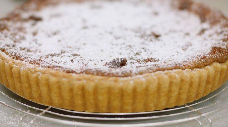 Wanneer de verse vijgen rijp zijn en in de winkel of op de markt liggen, dan moet je daarvan profiteren. Jeroen bakt een eenvoudig taartje met een vulling van gemalen amandelnoten, veel verse vijgen en vijgenconfituur. Zet de koffie maar klaar…