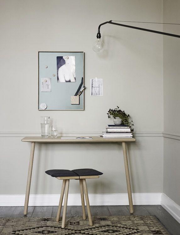 In zwei Farben erhältlich, schmückt NOTICE BOARD in Hunter Green oder Light Grey die Wände verschiedenster Räume. Umrahmt von einer darauf abgestimmten, natürlichen Kante aus Eichenholz, bereichert die stilvolle Tafel im dänischen Design nicht nur schlicht eingerichtete Büros, sondern auch die gemütlichen Einrichtung des heimischen Wohnbereiches.