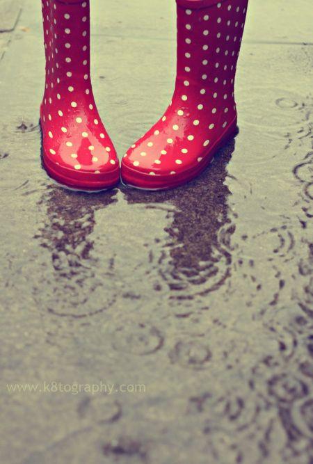 MOODboard di Novembre dedicata alla pioggia: stivali per la pioggia rossi a pois bianchi | Blue Rain for November MOODboard: red dotted rain boots