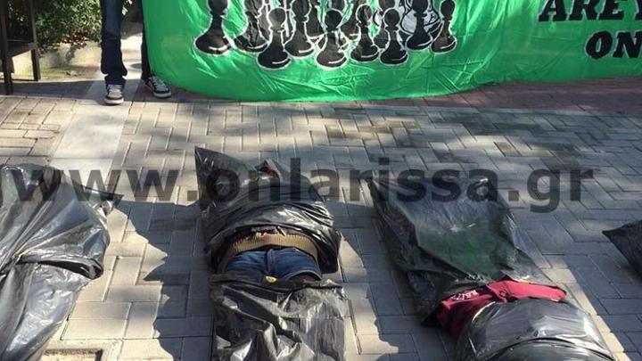 Διαμαρτυρία για τους μετανάστες - Γέμισε «πτώματα» το κέντρο της Λάρισας (video) -