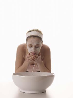 Como fazer uma máscara facial com bicarbonato de sódio   eHow Brasil