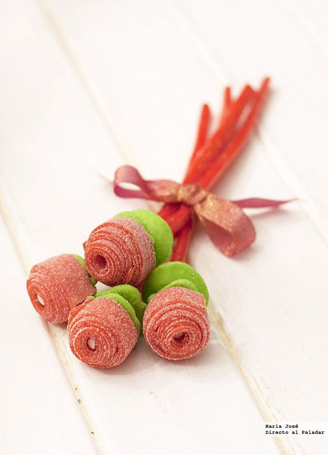 Looks like fruit strips made into a bouquet Valentine Treats, Valentines, Fruit Strips, Bar A Bonbon, Sweet Trees, Candy Flowers, Candy Cakes, Chocolate Bouquet, Candy Bouquet