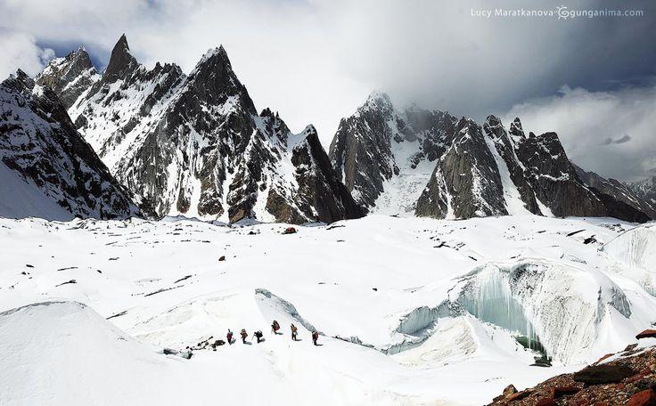 Переход через ледник Балторо наподступе кбазовому лагерю Конкордия водном дне пути отвторого повысоте восьмитысячника мира К2. Пакистан, Каракорум.