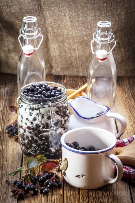 Surowa aronia jest twarda i cierpka w smaku. Można z niej jednak zrobić świetny sok - bardzo zdrowy. Dzięki żelującym właściwościom pektyn zawartych w pestkach świetnie nadaje się też na galaretkę.