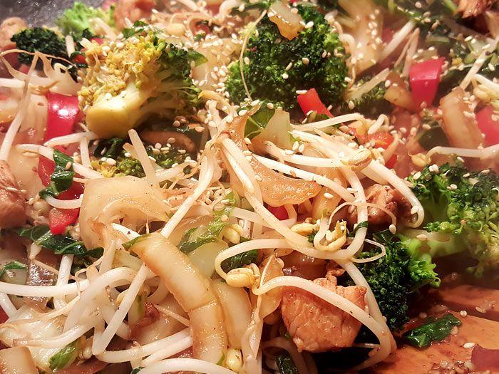 In soja, honing en sesam gemarineerde kip met roergebakken groenten en mie
