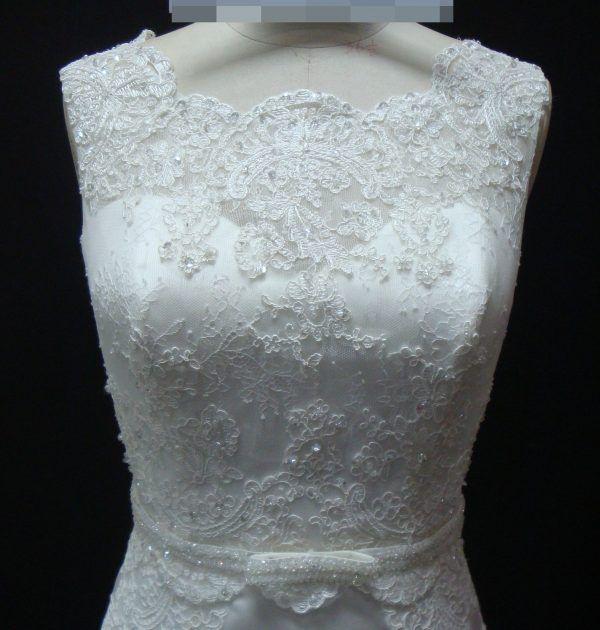 Vestido de noiva sereia, decote redondo, ajustável no quadril e bordado em pedraria. Via Brasil Noivas
