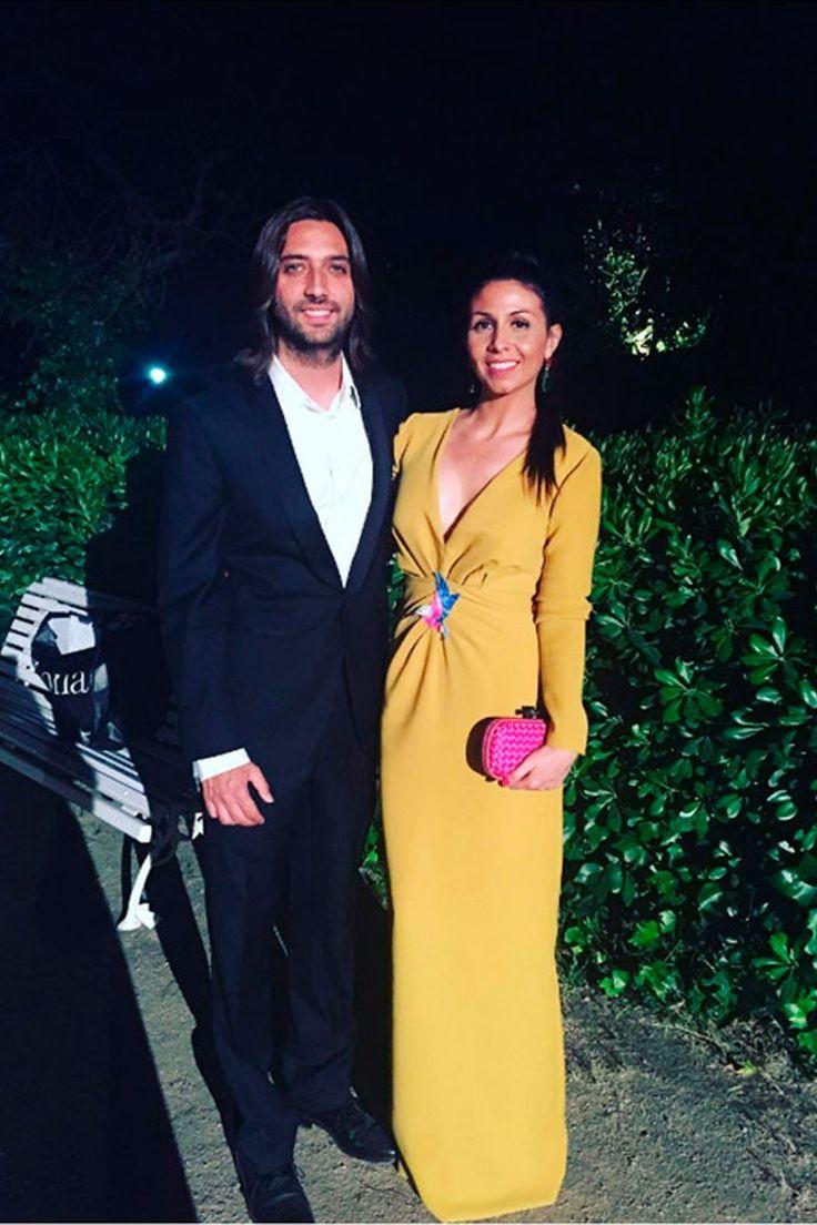Impresionante Sara Verdasco con vestido largo en color mostaza. En la zona central del vestido tiene un pájaro bordado en colores azul, rosa y blanco #tiendagijon #apparentiate #vestidoslargos #vestidos