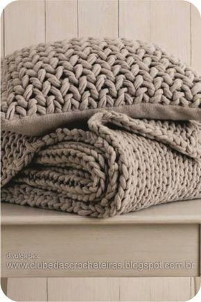 Não é só o crochê que se destaca na decoração. Almofadas de tricô também estão em alta e vale usar o básico, ou a mistura de muitas técnicas...