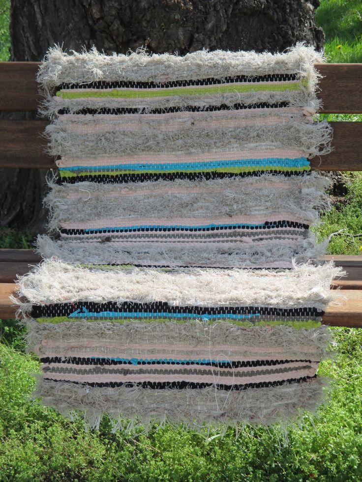 Zvesela mlžným ránem 55x120 cm šestivláknová nebělená bavlněná osnova útek lněný nebělený tkalcovský ořez, béžovo hněně nijaká pletařský ořez (polyester), černá, modrá, zelená a khaki tričkovina a prostěradlovina běhounek, předložka k posteli, přehoz přes lavici či židli. Prostě chlupatý hadrák.