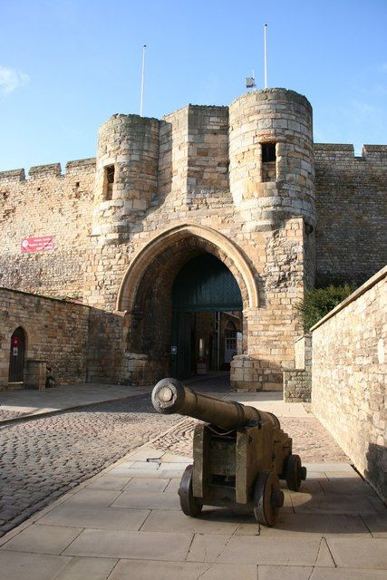 Lincoln Castle East Gate by Richard Croft, via Geograph built in  the late 11th century by William the Conqueror