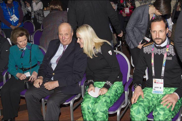 La reine Sonja et le roi Harald V de Norvège avec le prince Haakon et la princesse Mette-Marit aux JOJ à Lillehammer, le 12 février 2016