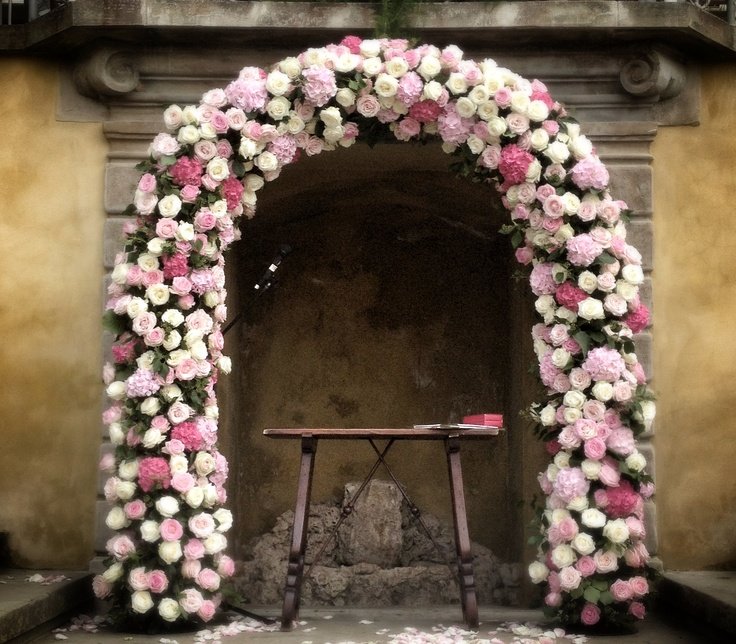 Arch of flowers for ceremony, La Rosa Canina FIRENZE