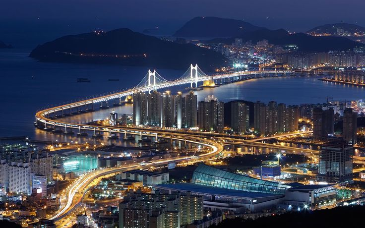 Le pont Gwangan est un pont suspendu situé dans la ville de Busan, en Corée du Sud. Il relie les arrondissements (gu) Haeundae et Suyeong. Le pont s'étend sur une longueur de 7 420 mètres. Il constitue donc le deuxième pont le plus long en Corée du Sud après le pont d'Incheon.