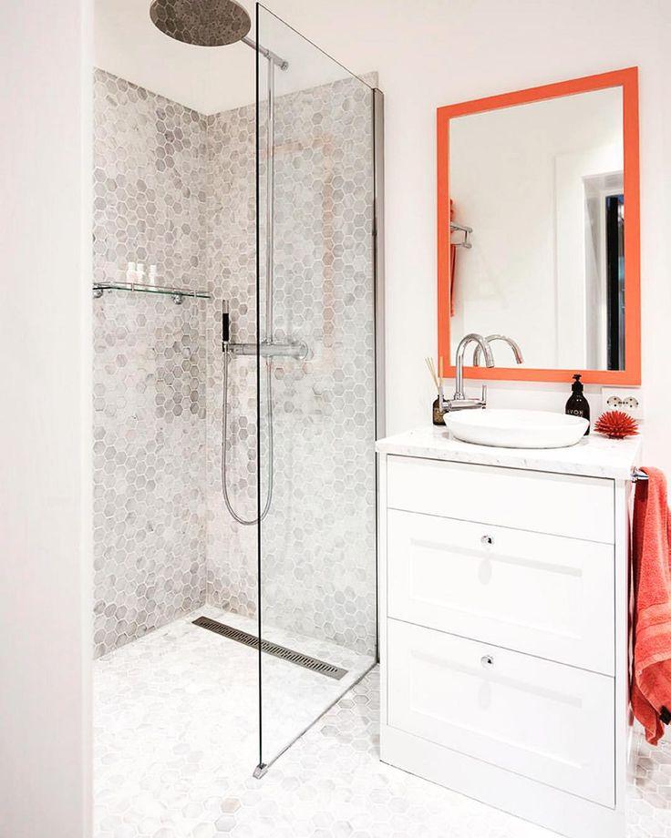 Kanskje ikke så lett å se, men dette fine og enkle badet har heksagonfliser i marmor fra Fired Earth i dusjen. Også veldig fint med oransje detaljer! Kommer i #maisoninterior #levvakkert #bad #baderom #bathroom #tiles #firedearth #marmor #marble #heksagonfliser #hexagontiles #hexagontile #interiordesign #interiør #interior #instahome Foto: Margrethe Myhrer
