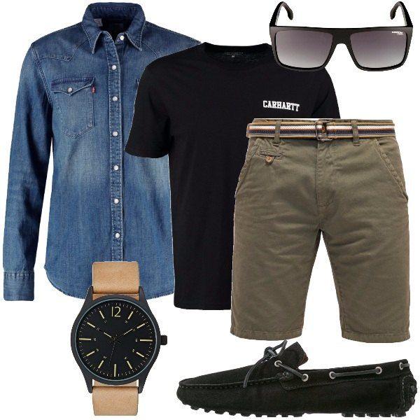 Outfit composto da shorts in cotone, t-shirt nera in jersey, camicia di jeans, mocassini neri in pelle, orologio in acciaio inossidabile con cinturino in pelle e occhiali da sole neri.