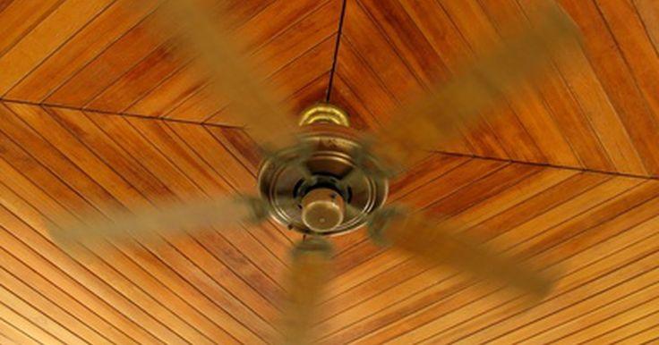 Como decorar um ambiente com teto e piso de madeira. Um teto de madeira funciona bem com vários tipos de decoração, especialmente se você combinar com um piso de madeira no mesmo espaço. Não importa quais são seus gostos decorativos. Use esses elementos da arquitetura de madeira como inspiração para decorar. Ambos os visuais, tradicional e contemporâneo, podem ser alcançados facilmente, mesmo se o ...