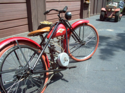 No footboards, but pegs instead.  Nifty.  Weird looking clutch, too.